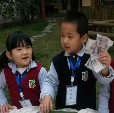 """幼儿创业当自强!社团活动""""黑米粥""""推销会"""