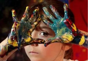 这个小女孩2岁办画展,4岁收入过百万!