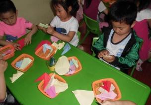 中班观察记录两则 | 折纸&尿湿裤子的孩子