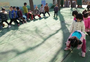 小班体育游戏《小蚂蚁运粮》及活动反思