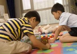 小班观察记录 | 争抢磁铁被摔坏后,孩子竟然想到这么玩…(有评语哦!)
