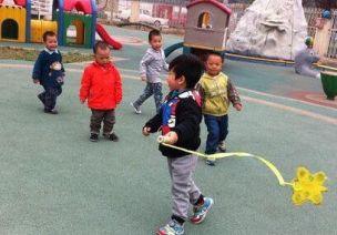 托小班   7款幼儿园托小班自制体育玩具及游戏教案