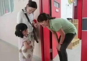 """不知如何培养幼儿良好的礼貌教养?试试""""一分钟奖励"""""""