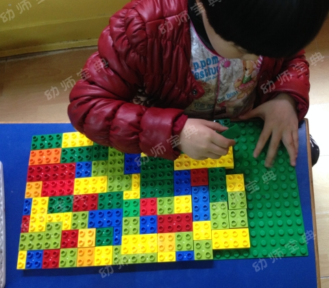 """园长都惊呆了!幼儿自创游戏""""铺地板"""",是人家的孩子会玩还是你不会引导?"""