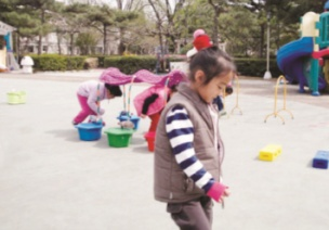 小班體育活動——勇敢的猴子(正面鉆)
