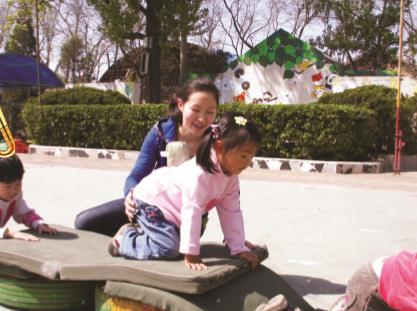 小班体育活动——小乌龟本领大(手膝爬)