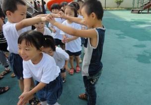 大班教案《许多小鱼游来了》  从游戏到艺术,都是孩子的最爱