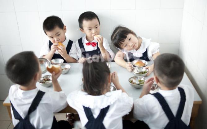 还在为宝宝不好好吃饭伤脑筋?三大招让孩子爱上在幼儿园进餐