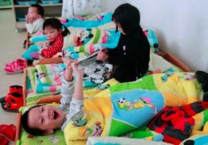 午睡�r,有的孩子怎麽也加了一句道睡不著或者不午睡,老一步步走出来�����怎麽�k?