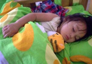午睡时,有的孩子怎么也睡不着或者不午睡,老师应该怎么办?