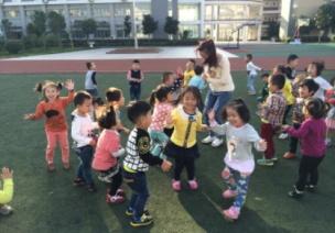 小班体育活动《开心跳跳糖》 | 锻炼技能:双脚跳