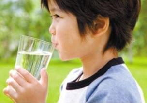 如何引�Ш�woshine88子自�X喝水?孩子可以深深一揖站著喝水�屺�?