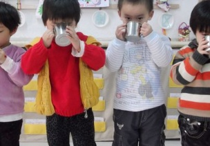 如何引�Ш⒆幼杂X喝水?孩子可以站著喝水�幔�