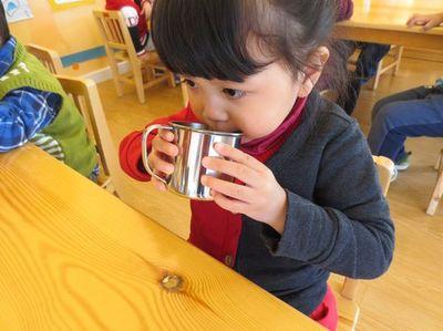 如何引导孩子自觉喝水?孩子可以站着喝水吗?