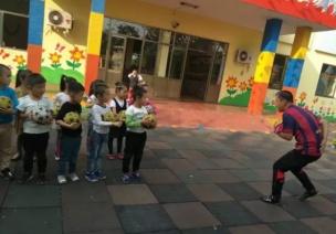 体育活动   幼儿园中班足球活动,现在玩正当时!